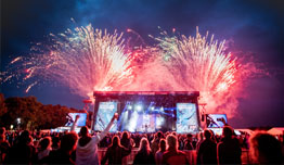 Bühnenansicht mit Feuerwerk | © FKP Scorpio Konzertproduktionen GmbH / Christoph  Eisenmenger