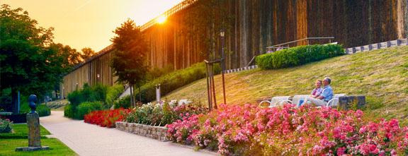 Sonnenuntergang im Park mit blühenden Blumen | © TMN / Francesco Carovillano