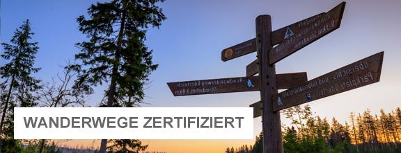 Wanderwegweiser am Oderteich in der Abenddämmerung | © Lars Gerhardts