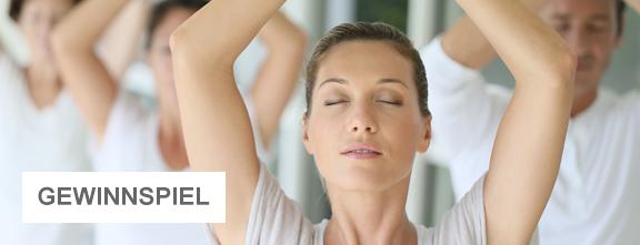 Yoga-Stunde | © Fotolia.com / mehrere Personen: goodluz
